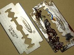 右は錆びた両刃カミソリ